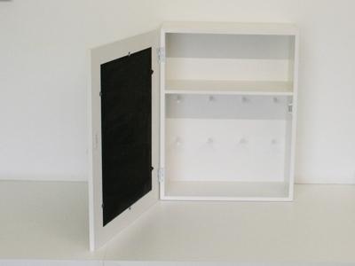 Kast wit 52 cm met krijtbord en haken